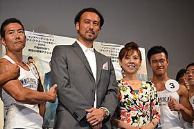 映画イベント初挑戦の闘莉王選手(中央)と、ご満悦の高橋真麻(右)「ホワイトハウス・ダウン」