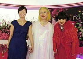 笑みを浮かべる美輪明宏と黒柳徹子、有働由美子アナ「双頭の鷲」