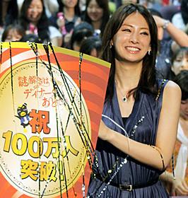 舞台挨拶に立った北川景子「映画 謎解きはディナーのあとで」