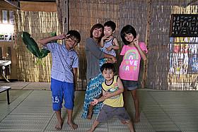 子役たちに囲まれ、劇中でも子だくさんの美奈子「LIFE!」