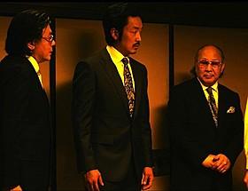 中島武会長(右)の出演シーン「悪いやつら」