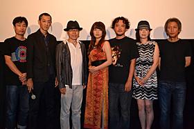 舞台挨拶に立った主演の平田満ら「モーニングセット、牛乳、春」