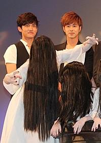 「東方神起」が貞子と対面!「貞子3D」