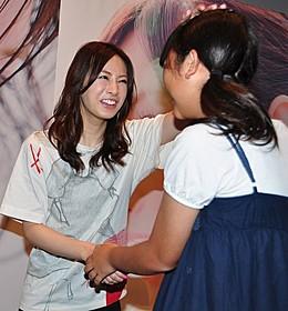 ちびっ子ファンの頭をなでる北川景子