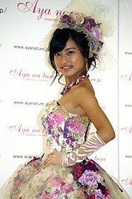 ウェディングドレス姿を披露した小島瑠璃子