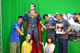 (左より)スーパーマン等身大フィギュアを囲むヒャダイン、 クリスティーン、愛川、ハマカーン浜谷・神田「スーパーマン」