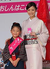 おしんを演じる濱田ここねちゃんと母親役の上戸彩「おしん」