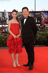 赤いドレスでレッドカーペットを歩いた瀧本美織(左)と、 スタジオジブリ星野康二社長(右)「風立ちぬ」