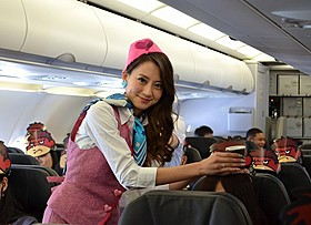 CA姿で機内サービスに挑戦した河北麻友子「鷹の爪GO 美しきエリエール消臭プラス」