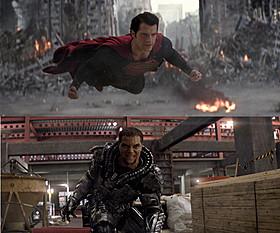 壮絶バトルを展開するスーパーマン(上)とゾッド将軍(下)「マン・オブ・スティール」
