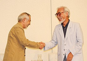 握手を交わした鈴木敏夫プロデューサーと宮崎駿監督「風立ちぬ」