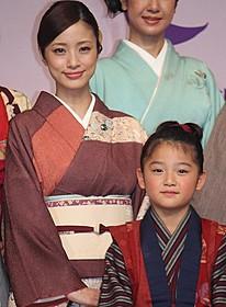 おしんを演じる濱田ここねと母親役の上戸彩「おしん」