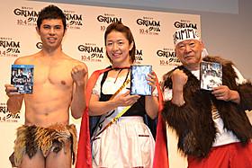 (左から)おとぎ話風の衣装で登場の小島、京子、アニマル「スター・トレック」
