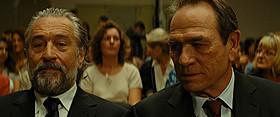 デ・ニーロ(左)とトミー・リー・ジョーンズ(右)の やり取りにも注目「マラヴィータ」