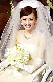 初めてのウエディングドレス姿を 披露している北川景子