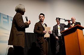 グランプリを受賞し、登壇する池田暁監督(左から2番目)「山守クリップ工場の辺り」