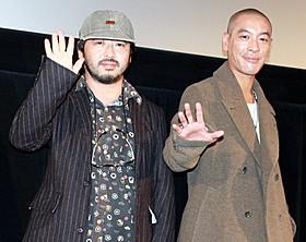 初メガホンをとったジュノ・マック(右)と清水崇監督「魔女の宅急便」