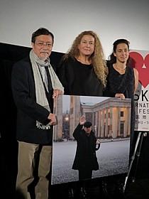 舞台挨拶に立った故テオ・アンゲロプロス監督 夫人のフィービー・エコノモプロスと、娘の アンナ・アンゲロプロス、池澤夏樹氏「エレニの帰郷」