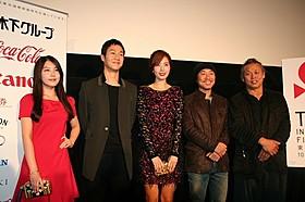 (右から)キム・ギドク、イ・ジュヒョン監督、 キム・ユミ、チョン・ウ、パク・ソヨン「レッド・ファミリー」