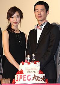 39歳になった加瀬亮を祝う戸田恵梨香「劇場版 SPEC 結(クローズ) 漸(ゼン)ノ篇」