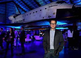 実物のスペースシャトルを前にしたエイブラムス監督「スター・トレック イントゥ・ダークネス」