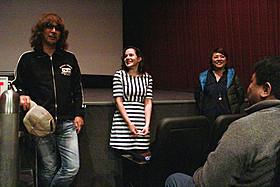熱烈なラブコールを受けて舞台挨拶に立った三木監督(左)「俺俺」