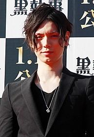 水嶋ヒロ、セバスチャンをイメージした赤い瞳で登場!「黒執事」