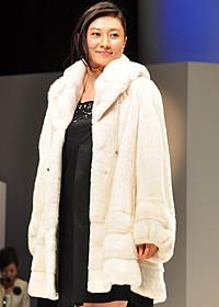 高級ミンクのコートを着た菊川怜