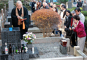 小津安二郎監督の墓前で焼香する司葉子「秋日和」