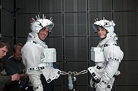 (左より)撮影中のジョージ・クルーニーとサンドラ・ブロック「ゼロ・グラビティ」