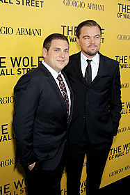 (左から)ジョナ・ヒルと主演・製作を務めたディカプリオ「ウルフ・オブ・ウォールストリート」
