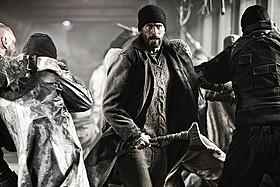 クリス・エバンス扮するカーティスは、 支配者が暮らす先頭車両へ突き進む「スノーピアサー」
