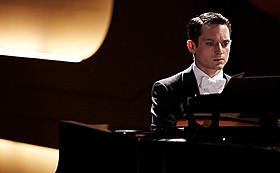 厳粛な音楽会の舞台が密室となり 逃げ場のないサスペンスが繰り広げられる「グランドピアノ 狙われた黒鍵」