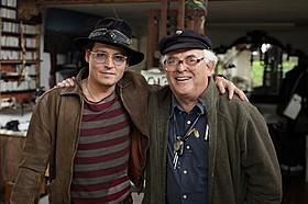 ラルフ・ステッドマン(右)とジョニー・デップ「マンガで世界を変えようとした男 ラルフ・ステッドマン」