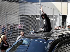 拘置所に押しかけたファンに手を振るビーバー