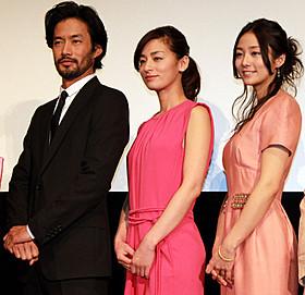舞台挨拶に立った(左から) 竹野内豊、尾野真千子、木村文乃「ニシノユキヒコの恋と冒険」