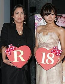 舞台挨拶に登壇した 中島知子と階戸瑠李「ハダカの美奈子」