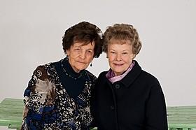 フィロミナ・リーさん(左)とジュディ・デンチ「あなたを抱きしめる日まで」