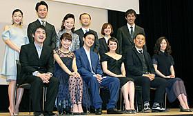 第56回ブルーリボン賞受賞者と 司会の阿部寛、安藤サクラ「横道世之介」