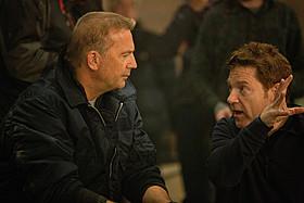 ケビン・コスナー(左)と演出中のケネス・ブラナー(右)「エージェント:ライアン」