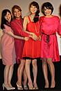 芳賀優里亜ら「赤×ピンク」女性キャスト、暖色ドレスで華やかに初日挨拶