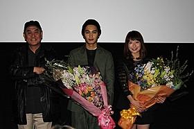舞台挨拶に立った佐々部 清監督と中村蒼、大塚千弘「東京難民」