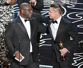 「それでも夜は明ける」スティーブ・マックイーン監督(左)と プロデューサーのブラッド・ピット「ゼロ・グラビティ」