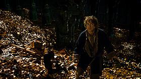 """エレボールの地下にある宝物庫で、ビルボはついに""""邪竜""""と対面する!「ホビット 竜に奪われた王国」"""