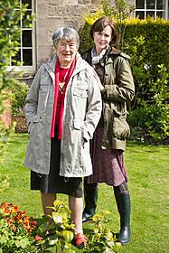 (左より)パトリシア・ローマクスさんと ニコール・キッドマン「レイルウェイ 運命の旅路」