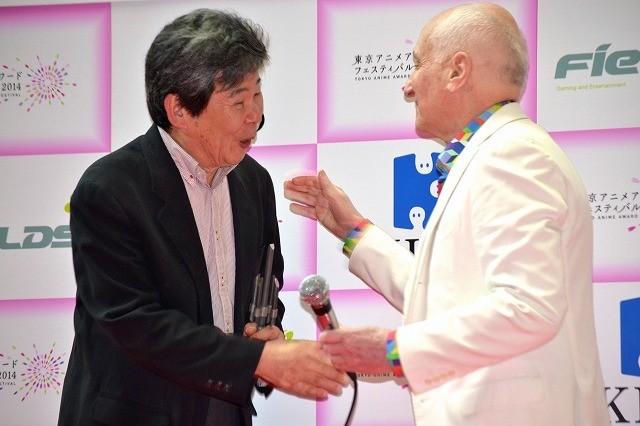 アニメドール受賞の高畑勲監督、敬愛するM・オスロ監督と熱い握手!