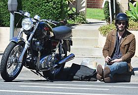 道ばたにひとり座り込むキアヌ・リーブス