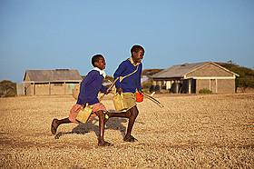命がけで通学する子どもたちに迫るドキュメンタリー「世界の果ての通学路」