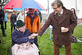 在りし日のエリック・ローマクス氏(左)とコリン・ファース(右)「レイルウェイ 運命の旅路」