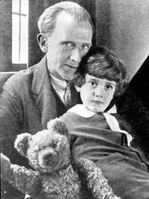 A・A・ミルンと息子クリストファー、 ウィニーと名づけられたテディ・ベア「くまのプーさん」